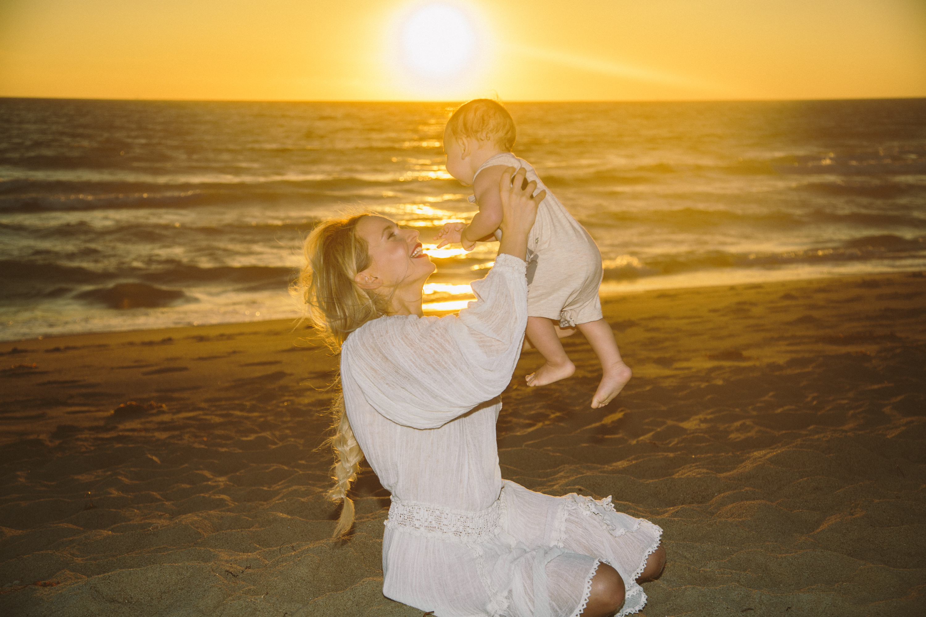 xDiana-Milena-Sunkissed-Blonde-Beach-Ocean-Motherhood-Style-Baby-Parenting-White-Dress-Bohemian